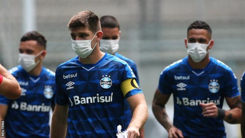 Coronavirus: ผู้เล่นทีม Gremio สวมหน้ากากประท้วงในสนามก่อนเกมเซาหลุยส์